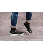 Молодежные ботинки из черной кожи на белой спортивной подошве