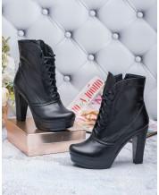 Ботинки на каблуке в черной коже