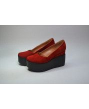 Туфли из красного замша на черной танкетке с обтяжкой