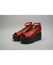 Открытые туфли из красной кожи на черной танкетке